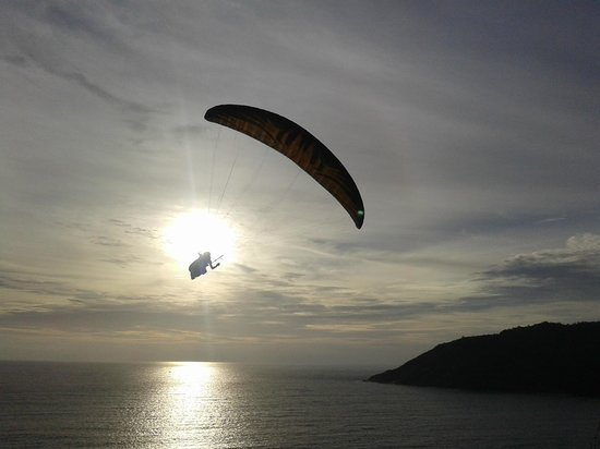 But Different Hotel Phuket : Hang Gliding at Viewpoint