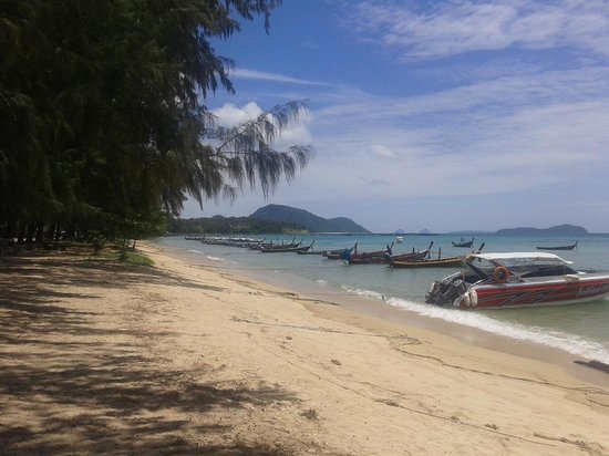 But Different Hotel Phuket : Rawai Beach at high tide.