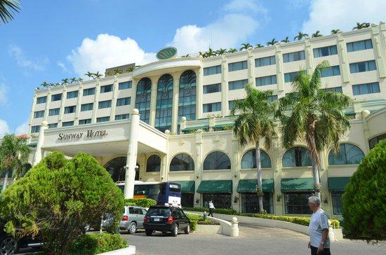 Sunway Hotel Phnom Penh : Driveway entrance to hotel