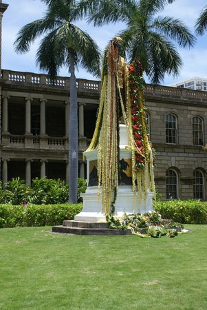 King Kamehameha Statue: The statue decorated for a big weekend event