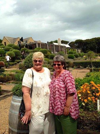 Waiheke Island, Nya Zeeland: Christine (right) and I at Mudbrick Winery.