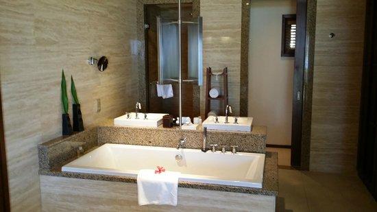 Constance Ephelia: Grande baignoire pour grands !!