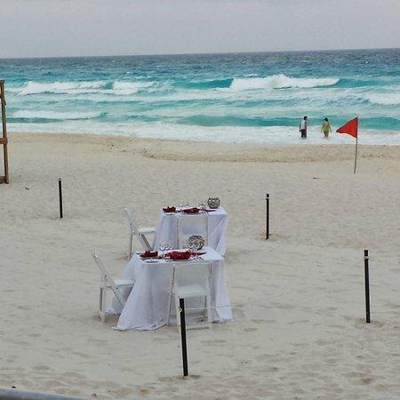 Beach Palace: romantic dinner setup
