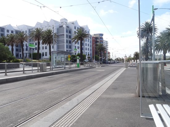 Novotel Melbourne St Kilda: Tram stop to city & other areas. Very frequent but quiet. 'Beach' and cafes/restaurants are behi