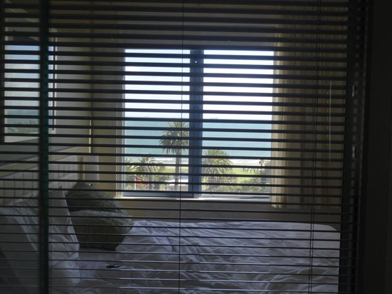 Novotel Melbourne St Kilda: view through the bathroom window (blinds do close!) towards sleeping area