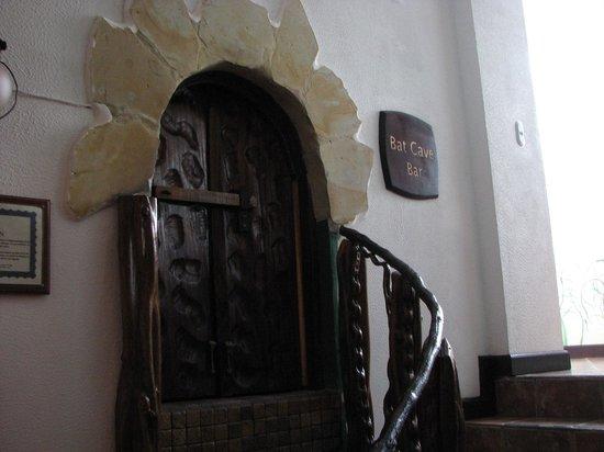 La Mansion Inn: Mini door to enter the bar - WTF?...