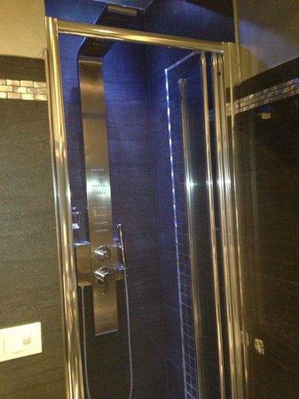 Hotel Caravita : Baño con ducha colorterapia