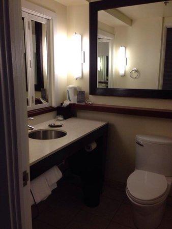 Sheraton Waikiki: バスルームです。向かって右側にバスタブとシャワーがあります。 洗面台の正面にある小さな鏡付きの窓は開けると寝室につながります。