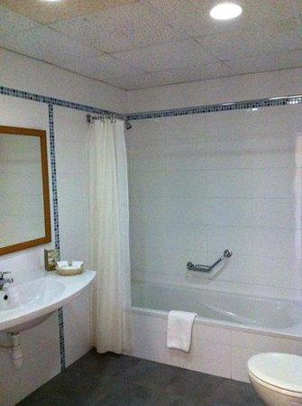 Ramla Bay Resort: clean bathroom