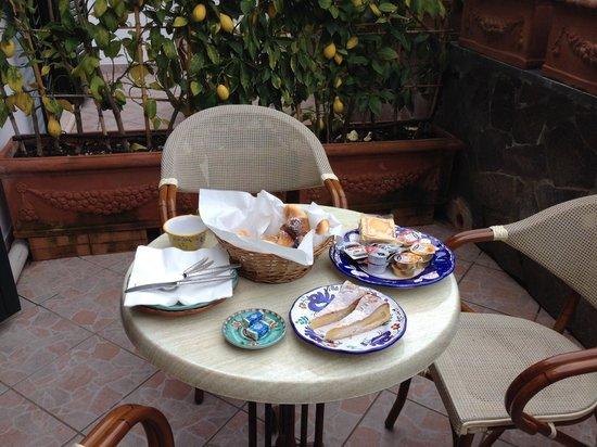 Villa Adriana Amalfi B&B: Colazione su terrazzino privato
