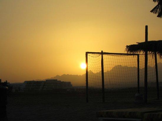 Caribbean World Resorts Soma Bay: футбольное поле на пляже