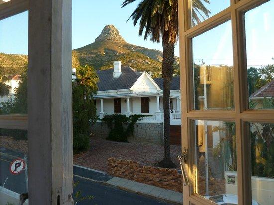 Rhonda's Manor Guest House: Blick aus Zimmer Nummer 6 auf den Lions Head.