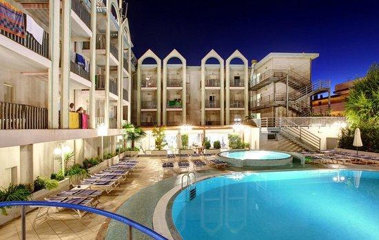 Hotel Palace : Panoramica dell'hotel e delle piscine