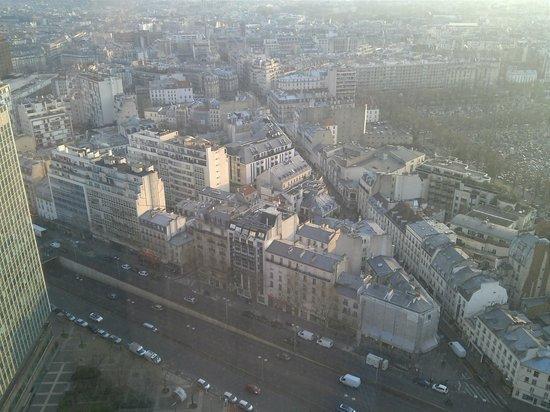 Pullman Paris Montparnasse: Le quartier Montparnasse avec son cimetière à droite