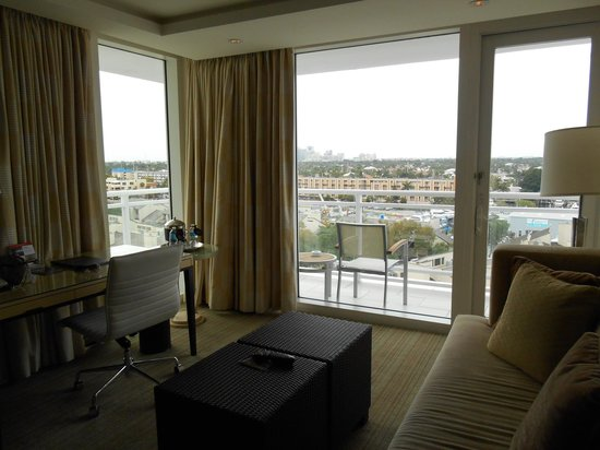 Hilton Fort Lauderdale Marina: Living Area in Tower Suite