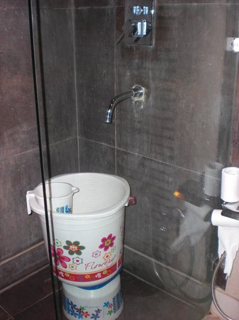 Hotel Yug Villa: shower with buckets
