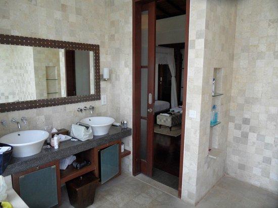 Gending Kedis Villas & Spa Estate: sdb depuis chambre principale