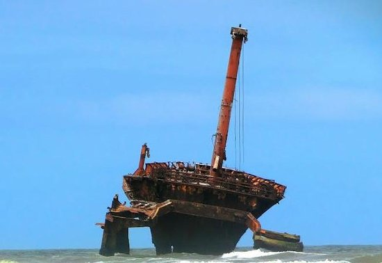 El Yadida, Marruecos: Shipwreck at beginning of beach