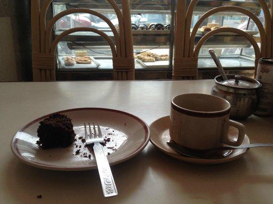 Hotel Vishal: 1Fにあるカフェにはスイーツが充実しています。