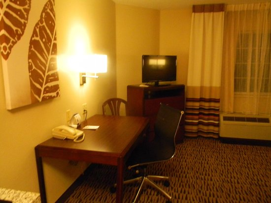 Hawthorn Suites by Wyndham Omaha/old Mill : Nice Desk and TV Area