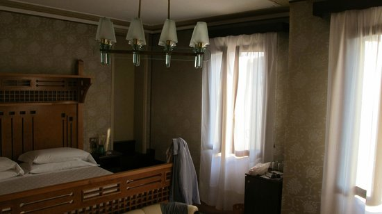 Hotel Saturnia & International : sunny room with a nice bed