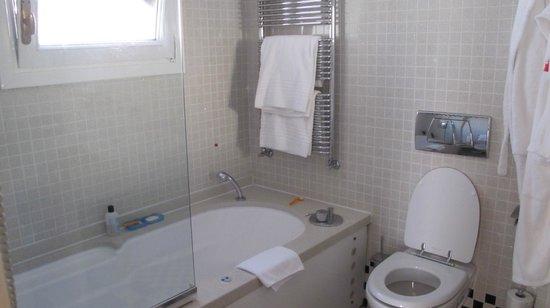 Hotel Saturnia & International: clean bathroom