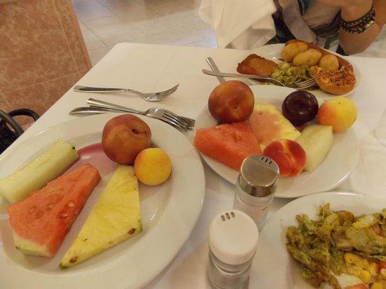 Sumus Hotel Monteplaya: Всегда свежие фрукты к завтраку