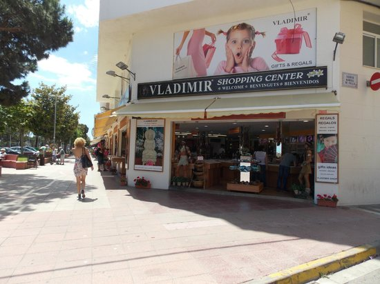 Sumus Hotel Monteplaya: Магазины рядом с отелем