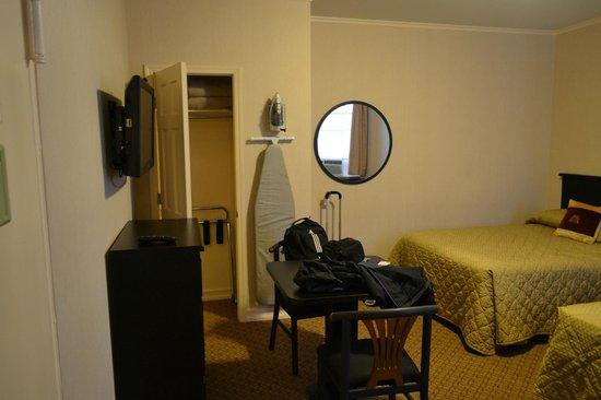 Radio City Apartments: Cupboard & Mirror