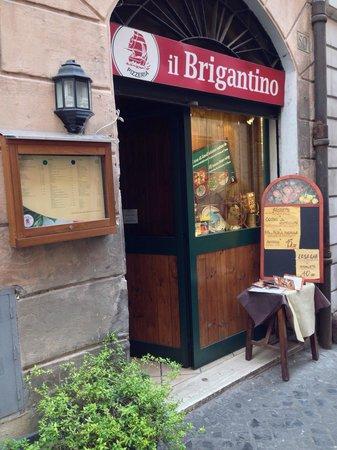 Il Brigantino : L'ingresso del locale su Via San Martino ai Monti