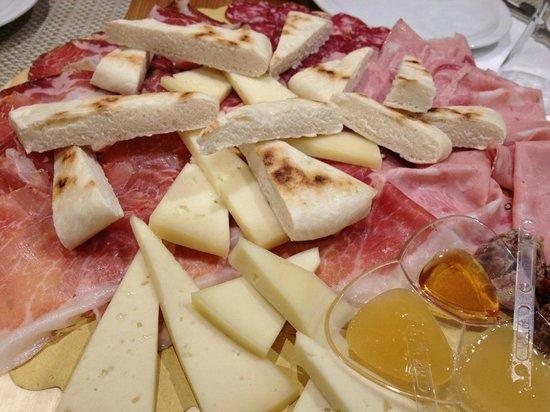 Hotel Dei Priori: 1階レストランのオードブル盛り合わせ!