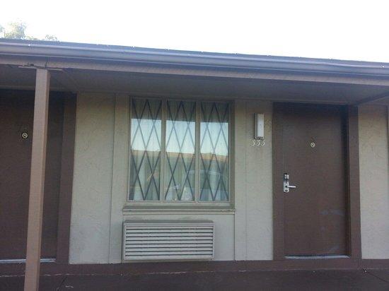 Knights Inn Maingate Kissimmee/Orlando: Una vista de la entrada a la habitación