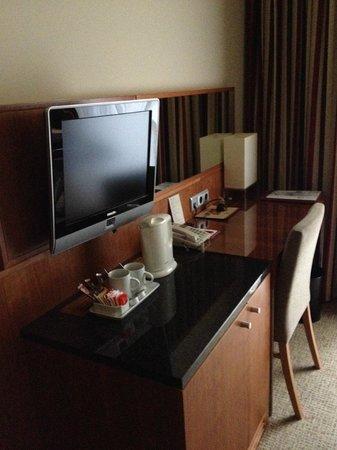 K+K Hotel Opera: Desk, TV and kettle in bedroom
