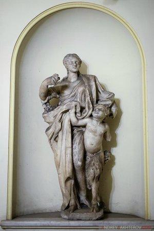 Navona Queen : Статуя в лифтовом холле