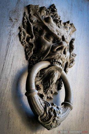 Navona Queen : Кольцо на входных воротах