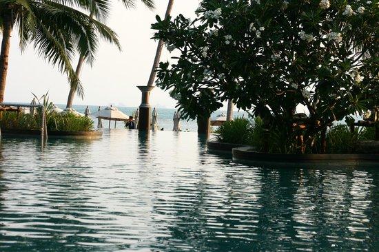 Mai Samui Resort & Spa: Blick Pool zum Meer