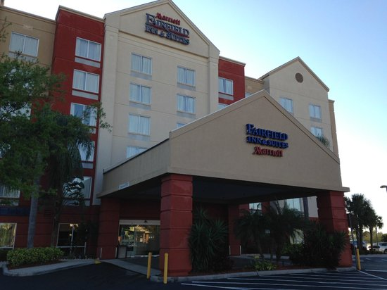 Fairfield Inn & Suites Orlando Near Universal Orlando Resort: Short walk to Universal, close to eating establishments and quick drive to Holy Land Experience!