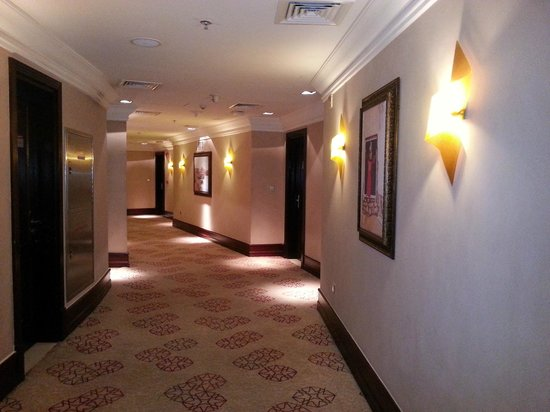 Grand Regal Hotel: Walkway for Rooms