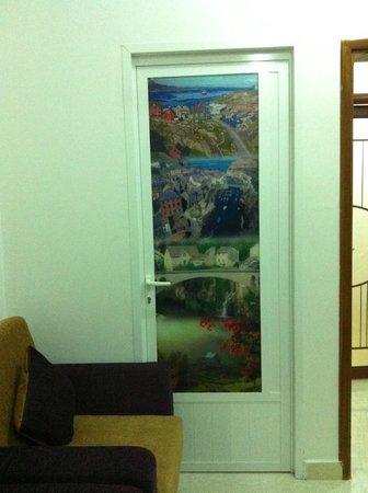 Al Karm Hotel Apartments: Porte pas très locale