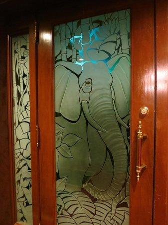 Milwaukee Athletic Club : Enter the exotic Elephant Room lounge
