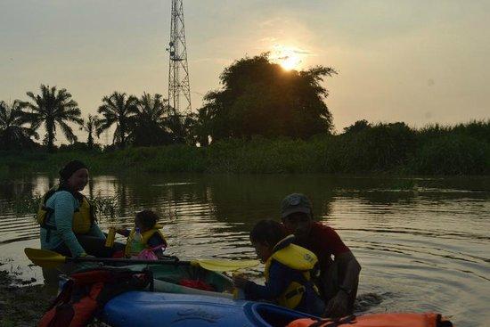 Homestay Sungai Sireh : Sunset Kajakfahrt mit den Kindern