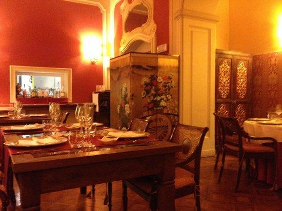 Villa Porro Pirelli: La cucina a vista nella sala principale