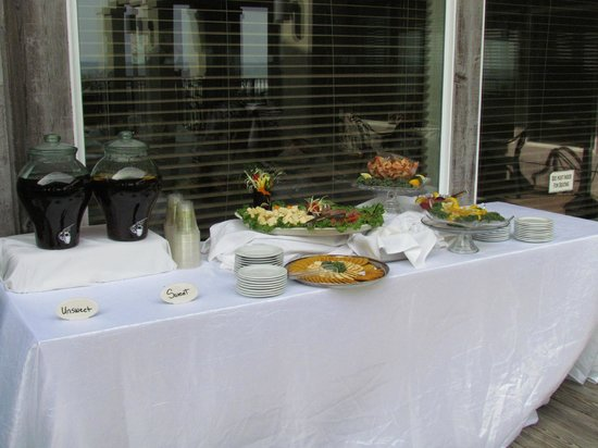 The Isles Restaurant & Tiki Bar: Appetizer table in Tiki Bar area