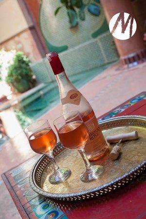Riad Chorfa: Good wine after a long walk in the old Medina