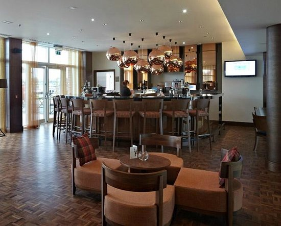 Lingfield Park Marriott Hotel & Country Club : Hotel bar (official website photo)