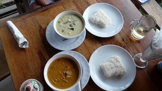 Tiffy's Cafe: Grünes Curry mit Huhn und Braunes Curry mit Rinderfilet.