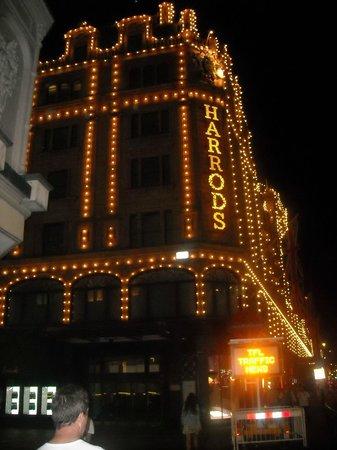 Suggestiva vista notturna di Harrods