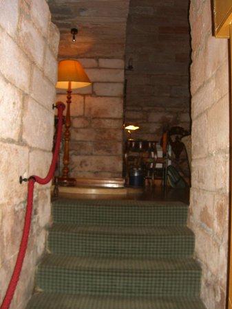 Dalhousie Castle: Проход из спальни в гостиную