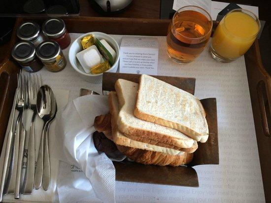 Lingfield Park Marriott Hotel & Country Club : Toast, croissants, pain au chocolat, muffins, apple juice and orange juice