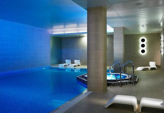 Lingfield Park Marriott Hotel & Country Club : Swimming pool (official website photograph)